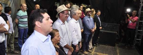 secretario do desenvolvimento agrario em cima do palco com outras autoridades
