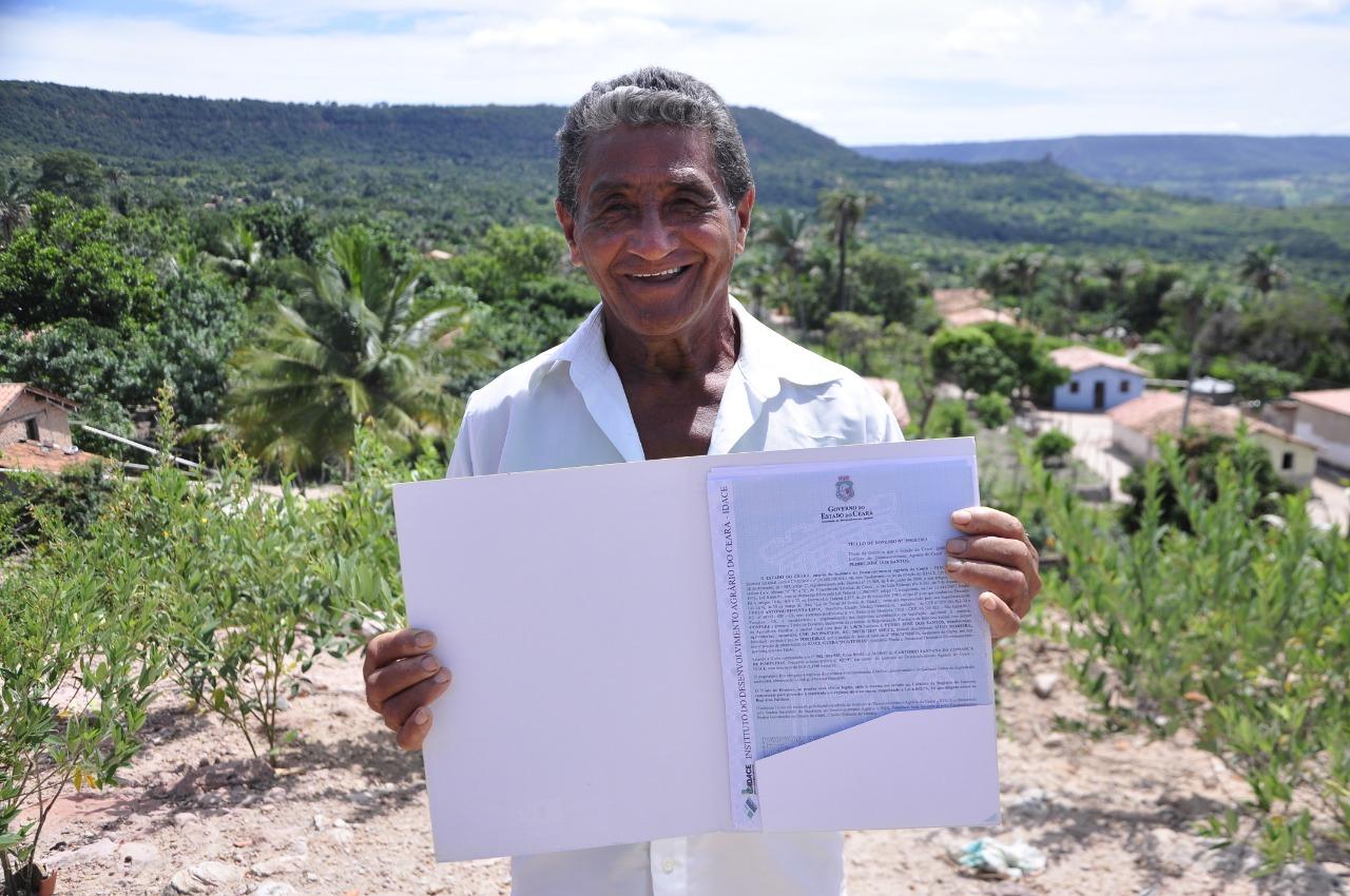 Governo do Ceará entrega 114 títulos de terra em Ipueiras