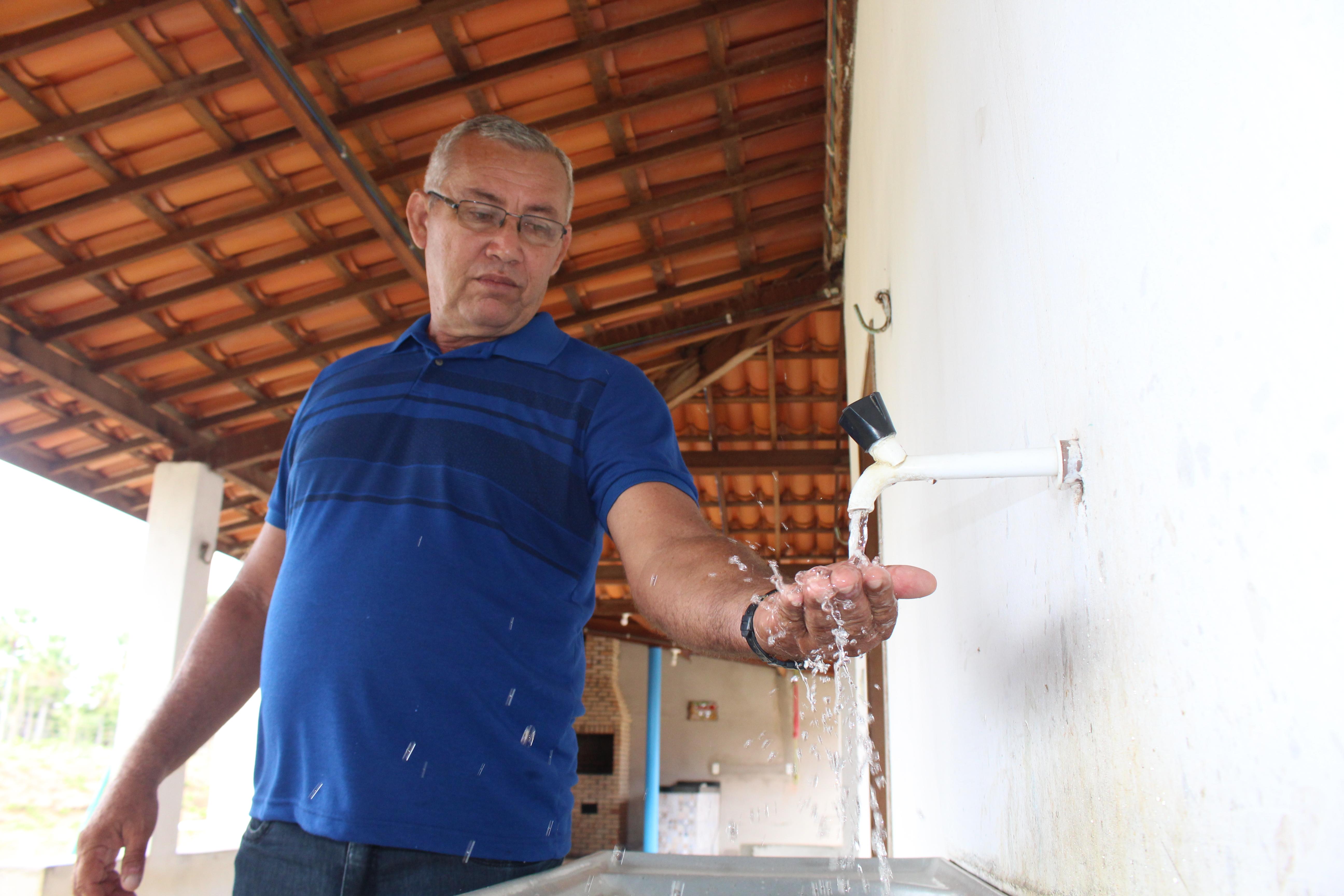 280 famílias comemoram chegada da água na torneira de casa em Jaguaruana