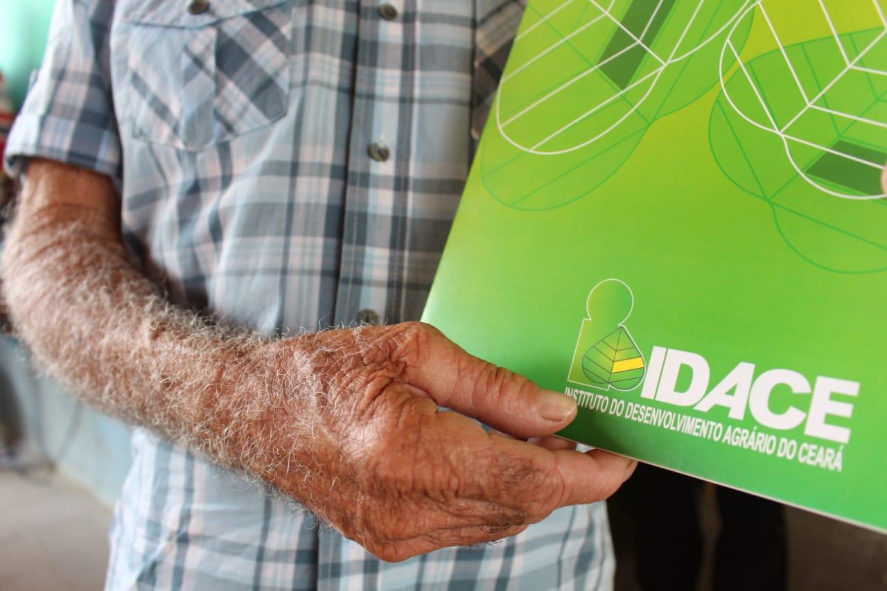 Agricultores familiares de Ibaretama recebem 119 títulos de propriedade rural